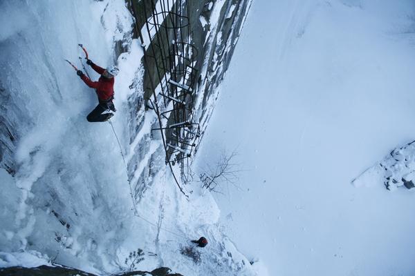 Falk Liebstein beim Eisklettern im Steinbruch