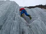 Pitztal - Uwe Daniel klettert in einem Eisfall über dem Ort Neurur