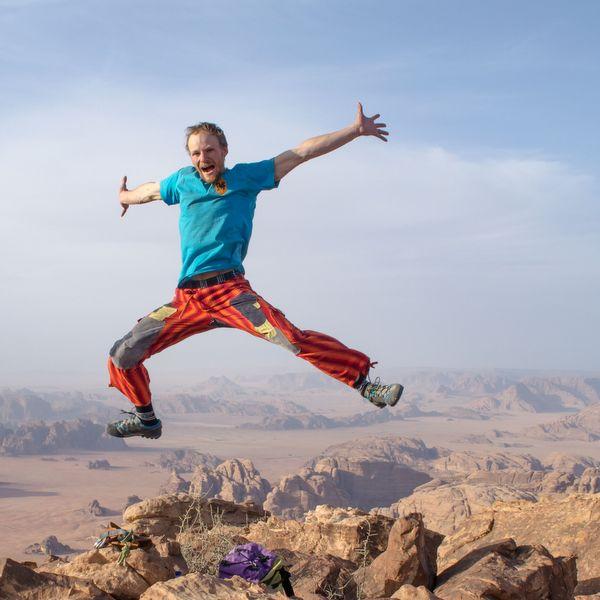 Tom Ehrig hat Grund zur Freude, da er soeben eine vertrauenswürdige Abseilstelle auf einem Sandsteinturm im Jordanischen Wadi Rum gefunden hat. (Foto: Tom Ehrig)