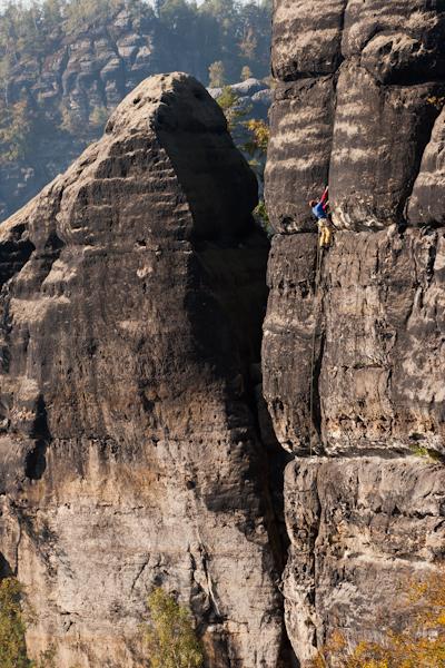 Stefan Giron klettert in der direkten Herbstvariante am Lolaturm