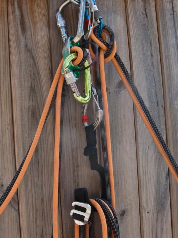 Das eingezogene Seil wird in Schlaufen rechts und links in die Seilaufnahme gelegt (oder eben über das Seil der Selbstsicherung).