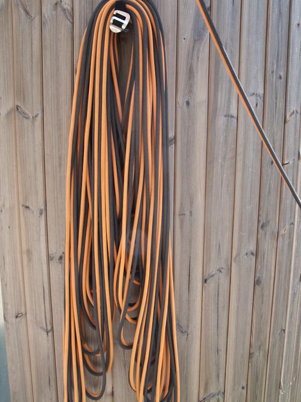 Wenn der Nachsteiger den Standplatz erreicht, ist das gesamte Seil in der Seilaufnahme. Die oben aufliegenden Schlaufen sind die längsten. Zusammen mit dem Nachsteiger wird der Seilstapel nun gewendet: Der Nachsteiger hält mit beiden Händen den Seilstapel in der Mitte fest und der Sicherungsmann wirft die eine Seite des Stapels über die Hände des Nachsteigers. Der Nachsteiger legt den nun gewendeten Seilstapel zurück in den Ropehook. Das Ergebnis ist im nächsten Bild zu sehen.