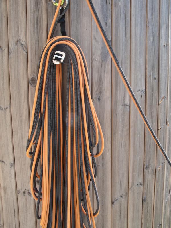"""Nach dem """"Wenden"""" des Seilstapels liegen die kürzesten Schlaufen oben auf. Das Seil des zuvor Sichernden liegt oben und kann einfach abgenommen werden. Durch die unterschiedlich langen Schlaufen ziehen sich die Schlaufen nicht ineinander."""
